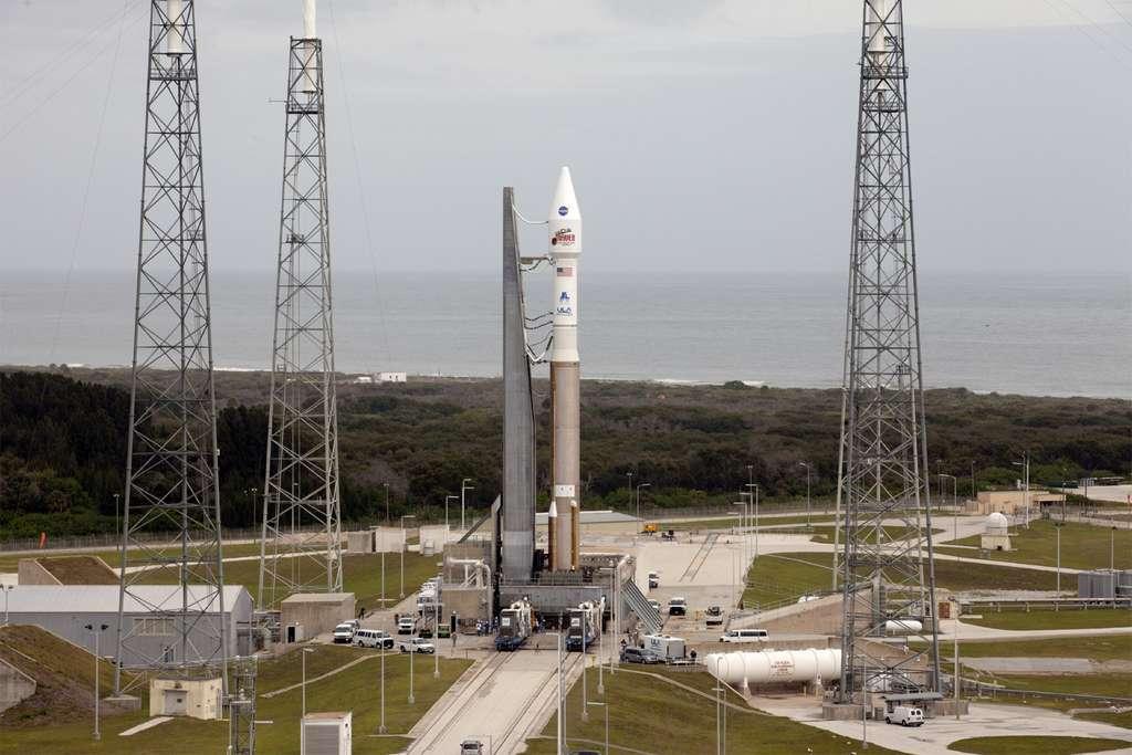 Le lanceur Atlas V sur son pas de tir de Cap Canaveral. Pour être effectué dans les conditions les plus favorables, le lancement vers Mars doit avoir lieu avant le 20 décembre. © Nasa