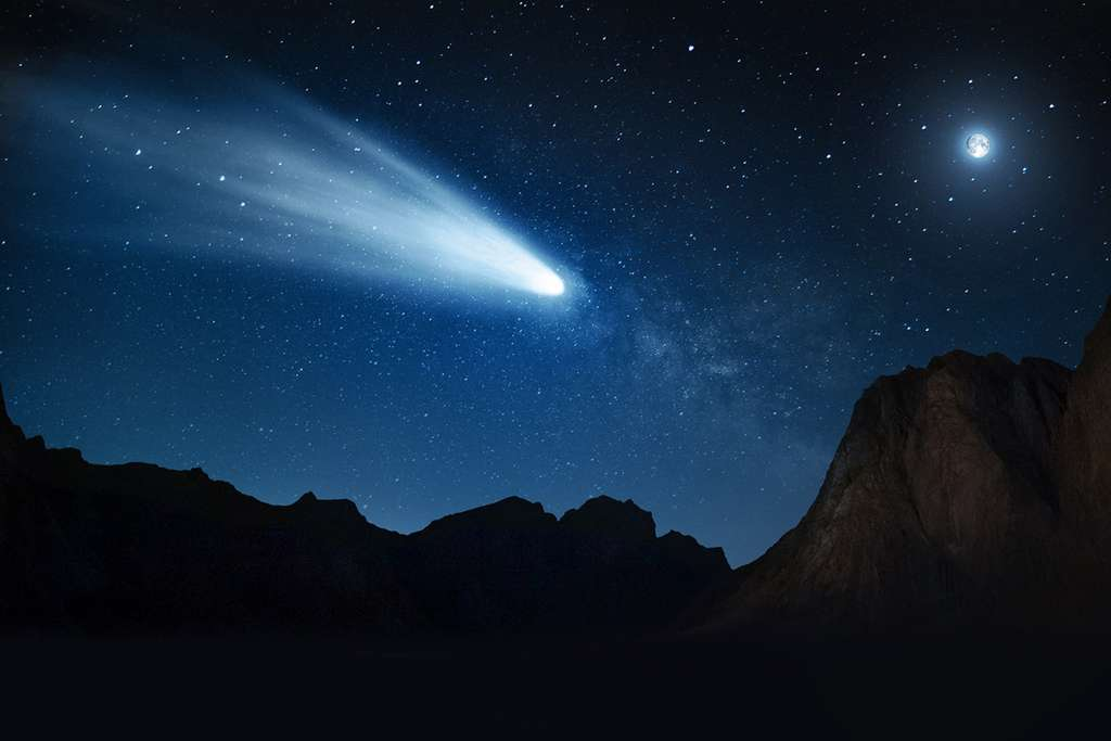 Sur cette vue d'artiste, le centaure 29P/Schwassmann-Wachmann 1 (SW1) tel qu'il apparaîtrait après sa transition vers un état de comète de la famille de Jupiter et vu à une distance de 30 millions de kilomètres de notre Terre. La Lune, en haut à droite, est représentée pour l'échelle. © Heather Roper, Université de l'Arizona