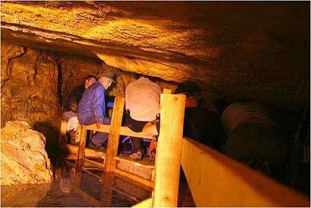 Zahi Hawass et son équipe à l'entrée des tunnels creusés dans la roche. Source : Dr Hawass
