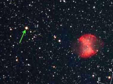 L'étoile HD189733 est repérée par la flèche verte. Elle est située à moins de 0.15° (équivalent à une demi lune) de la nébuleuse Dumbell © Photo Daniel Jaroschik