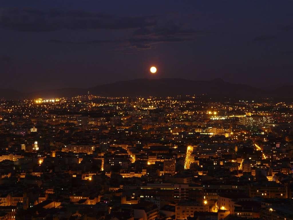 La Pleine Lune peut être photographiée en ville (ici Marseille) tant elle est lumineuse. © J.-B. Feldmann