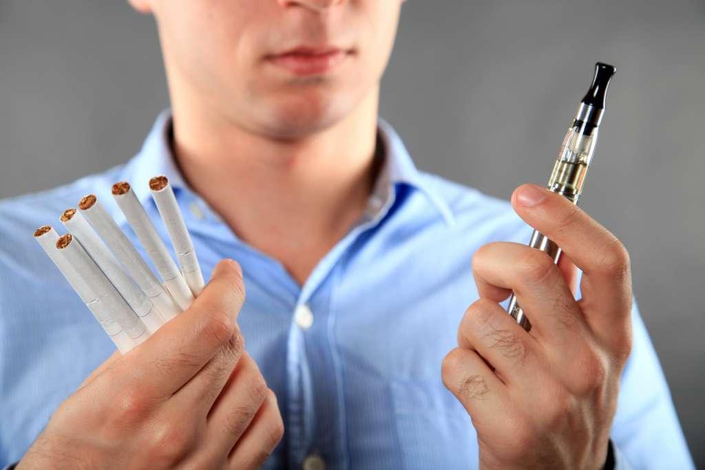 Le vapotage combiné à la consommation de cigarette électronique favorise les symptômes liés au coronavirus. © teraskarina, Adobe Stock