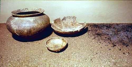 Céramique funéraire (Kesseldorf, v. 700 av. J.-C). Hauteur de l'urne : 18 cm. © André Beauquel - Tous droits réservés, reproduction interdite
