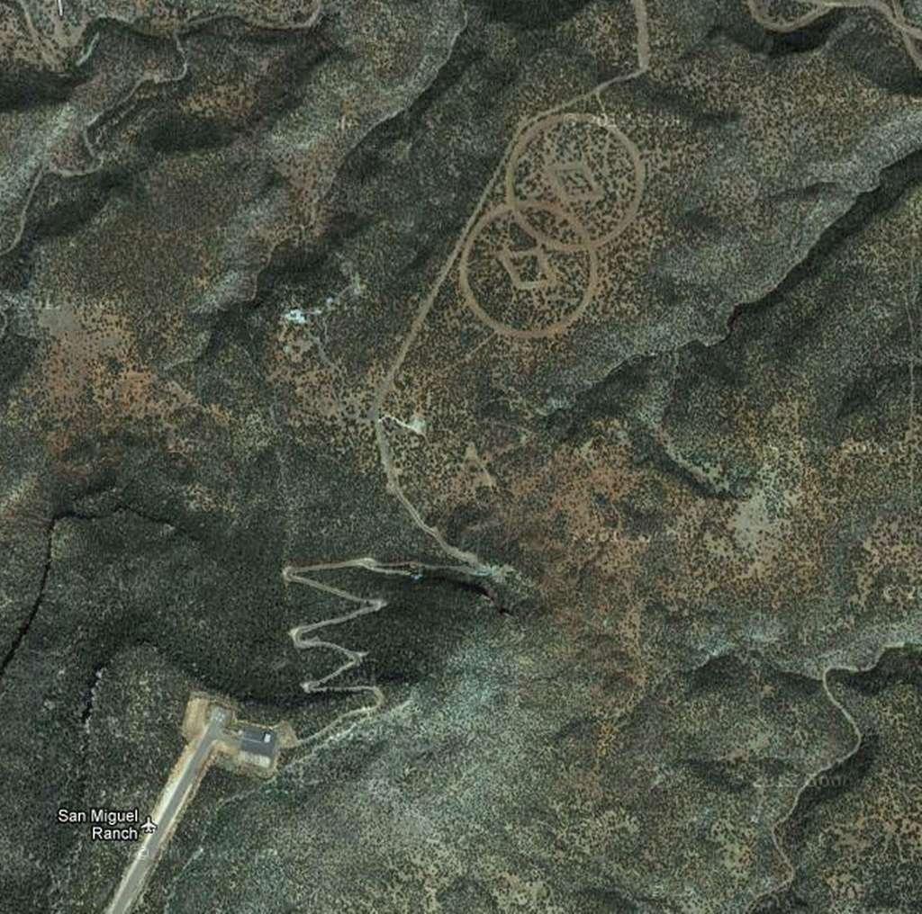 Deux curieux symboles dans le désert du Nevada. © Google Earth