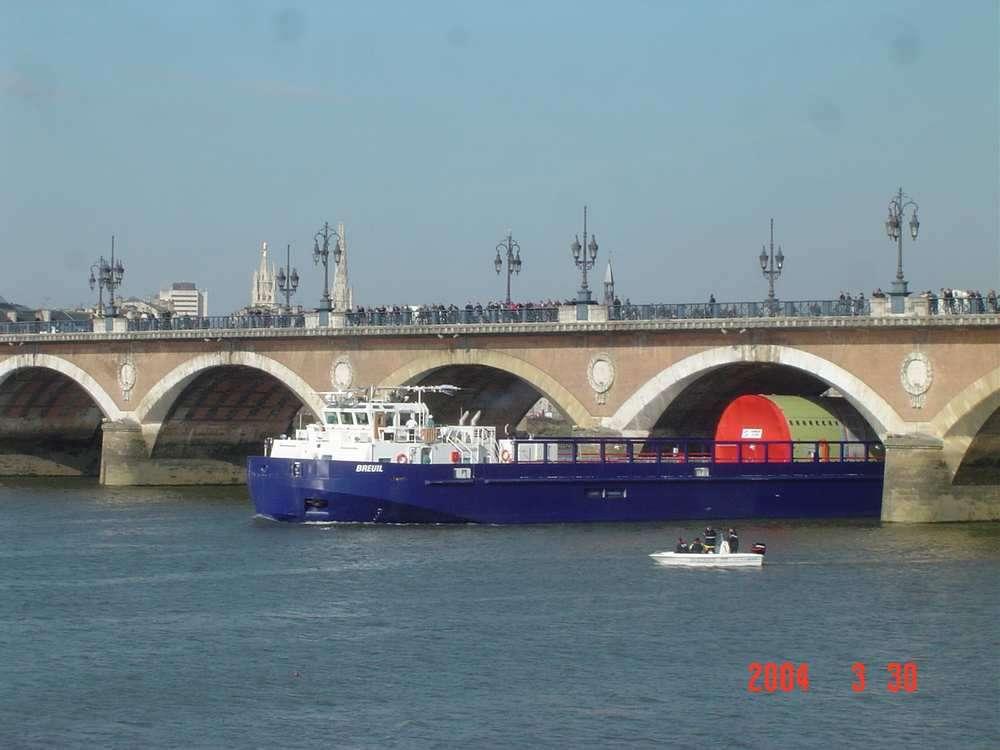Barge sous le Pont de Pierre à Bordeaux
