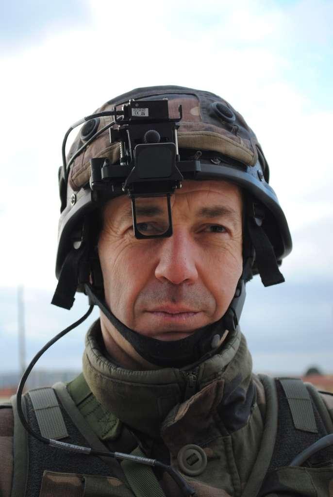 De jour, les images prises par la jumelle sont restituées sur une sorte de monocle (OVD) fixé au casque. Sylvain Biget, Futura-Sciences
