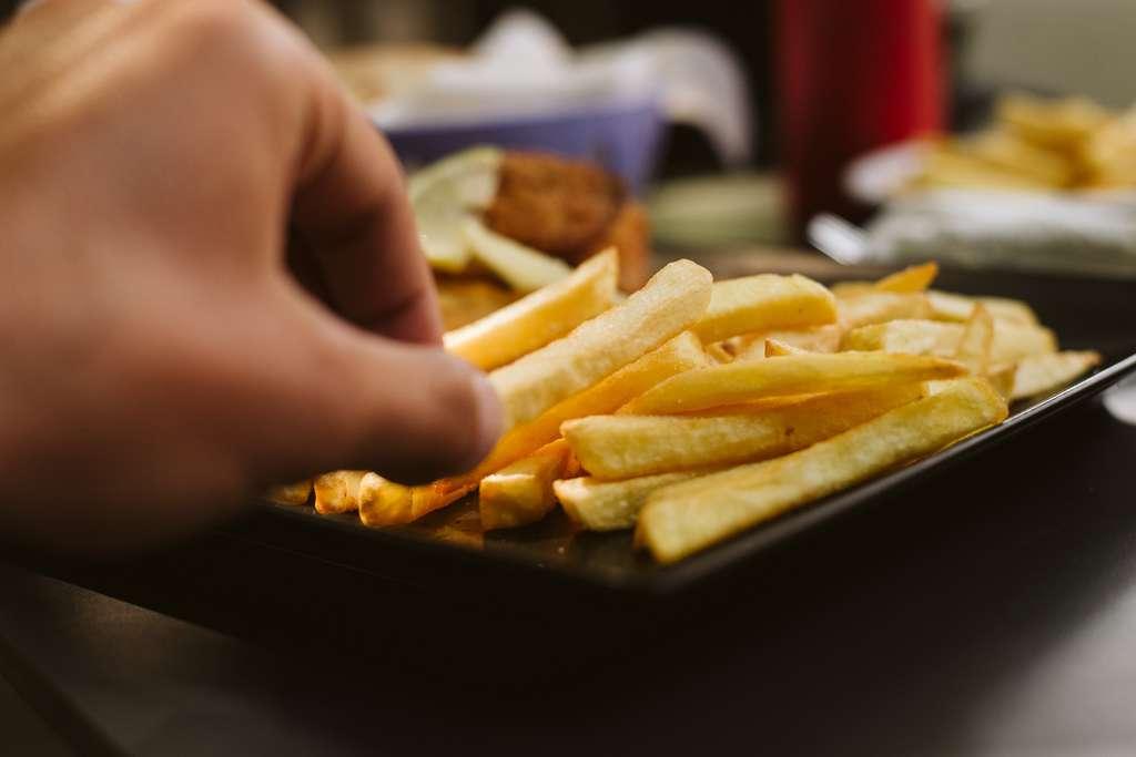 Riche en calories mais pauvre en nutriments, la malbouffe peut entraîner des problèmes de surpoids mais aussi de graves carences. © Zoran, Fotolia