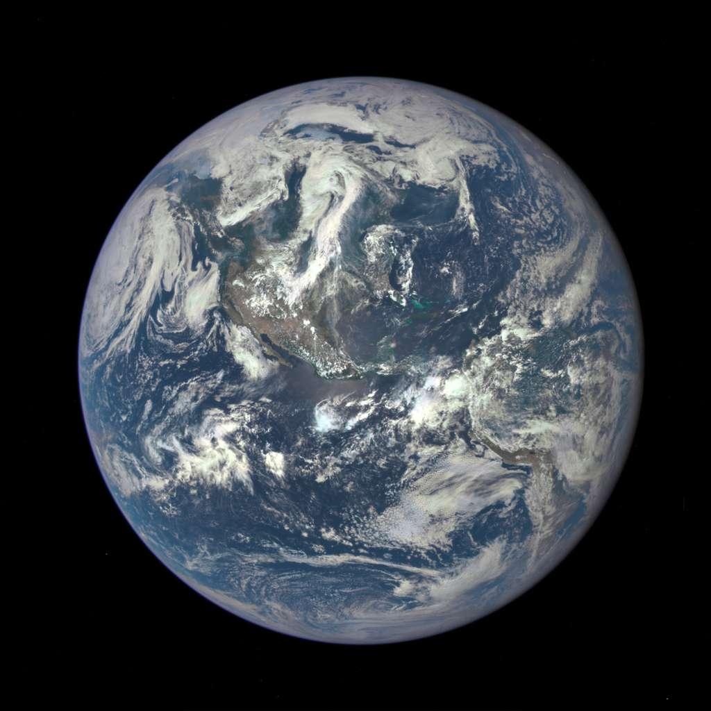 La Terre, le 6 juillet 2015, photographiée par le satellite DSCOVR (Deep Space Climate Observatory) à 1,6 million de kilomètres de distance. La précédente vue globale de notre planète remonte à 1972 et la mission Apollo 17. Les astronautes qui l'ont photographié lui affublèrent alors le surnom de « Bille bleue » (Blue Marble, en anglais) qui est resté en usage… À cette époque, la tectonique des plaques venait tout juste de s'imposer. © Nasa