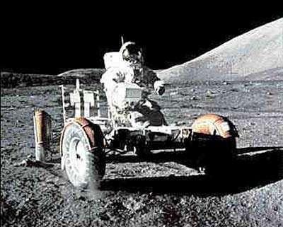 Harrisson Schmitt aux commandes de la jeep lunaire d'Apollo 17. Crédits : NASA/Apollo 17/NSSDC