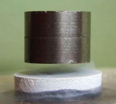 Aimant en lévitation magnétique au-dessus du matériau supraconducteur