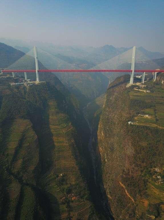 Le pont Beipanjiang relie la ville de Xuanwei, dans la province du Yunnan, à celle de Shuicheng, dans le Guizhou. © STR, AFP