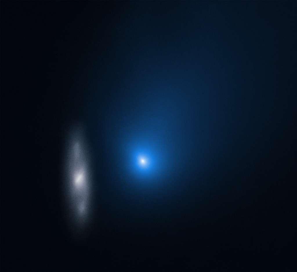 La comète interstellaire Borisov en compagnie 2MASX J10500165-0152029, une lointaine galaxie spirale. Apparaissant flous, les deux objets sont de nature très différentes. Aussi étendue que la Voie lactée, la galaxie est à plusieurs millions d'années-lumière de nous tandis que la comète, vraisemblablement pas plus grosse qu'un terrain de foot, n'est qu'à 300 millions de kilomètres de la Terre. © Nasa, ESA, D. Jewitt (Ucla)