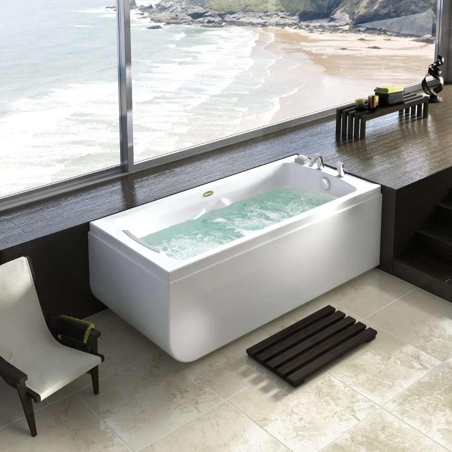 Cette baignoire balnéo est disposée d'un mélange air/eau et des options de chromothérapie. © Jacuzzi®