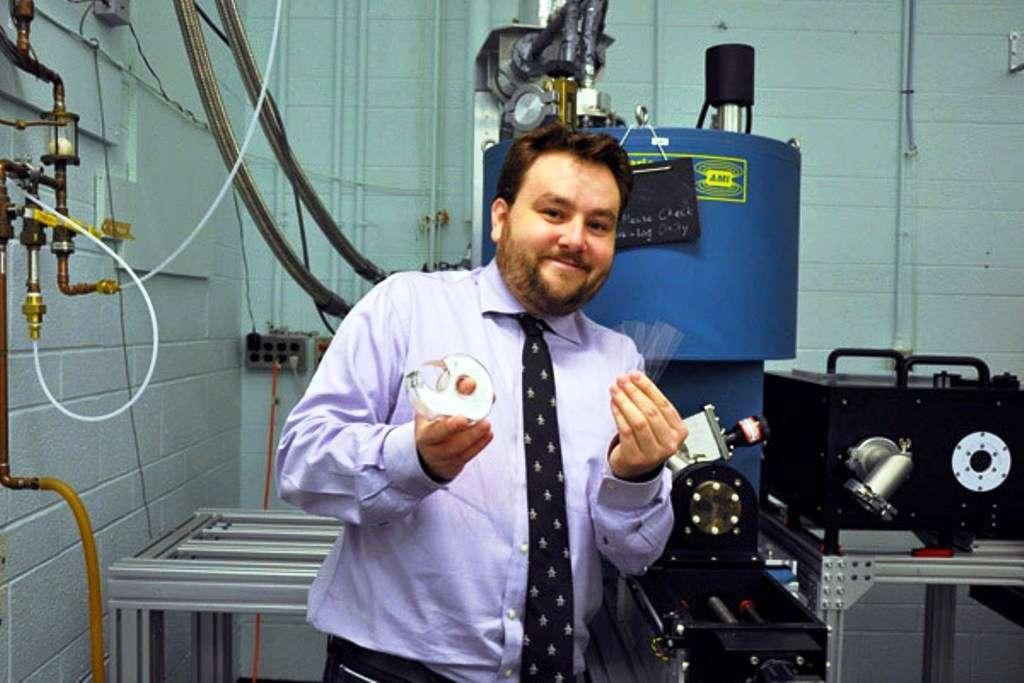 Ken Burch est l'un des physiciens du Department of Physics and Institute for Optical Sciences de l'université de Toronto. Il tient sur cette photo le ruban adhésif et les plaques de verre sur lesquelles ont été réalisées des jonctions entre des semi-conducteurs et un cuprate. © University of Toronto