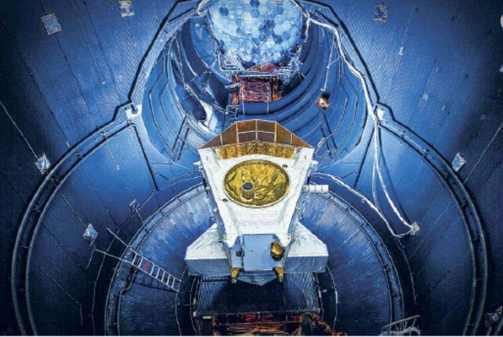 La sonde spatiale BepiColombo fonctionne grâce à la propulsion électrique. Elle est ici photographiée dans le grand simulateur spatial de Noordwijk, Pays-Bas. © Cnes