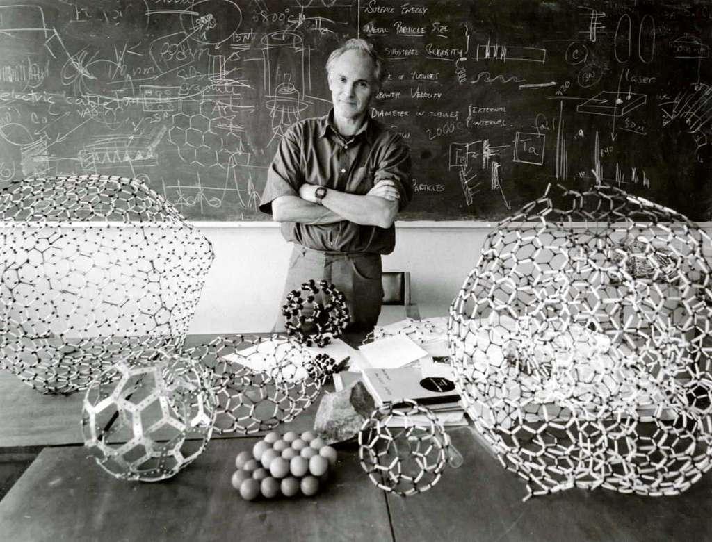 Harold Walter Kroto est un chimiste britannique colauréat du prix Nobel de chimie de 1996, avec Robert Curl et Richard Smalley, pour leur découverte des fullerènes. Il est célèbre pour l'un d'entre eux en particulier, le buckminsterfullerène, parfois également appelé footballène, une molécule sphérique en C60 de la famille des fullerènes C2n. Ces structures fermées sont composées de (2n-20)/2 hexagones, ainsi que de 12 pentagones. © Harold Kroto, www.kroto.info