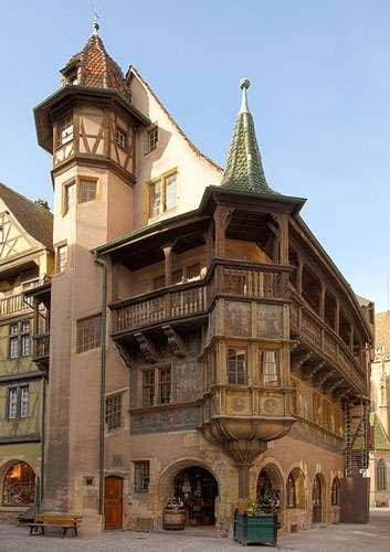 La maison Pfister, construite en 1537, au croisement de la rue des Marchands et de la rue Mercière à Colmar, en Alsace. À droite en arrière-plan, la collégiale Saint-Martin. © Eric Gaba, CC by sa 3.0