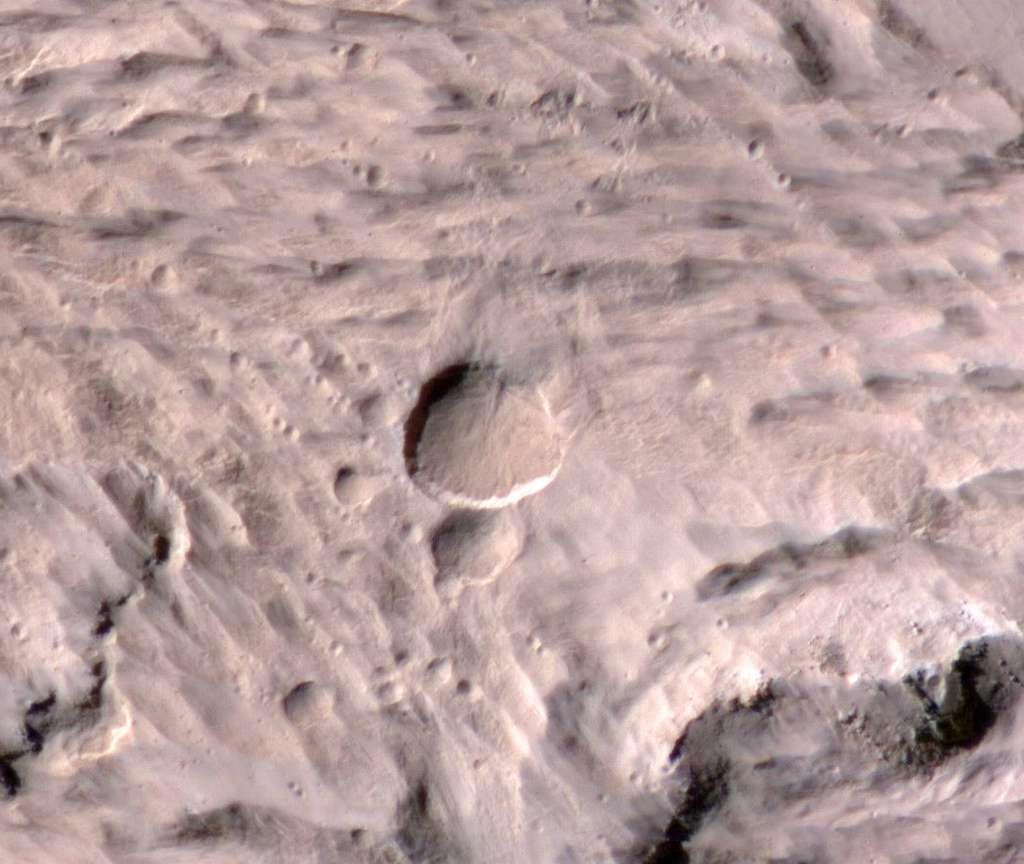 Le cratère découvert par la caméra Marci et photographié par Hirise. © Nasa/JPL-Caltech/University of Arizona