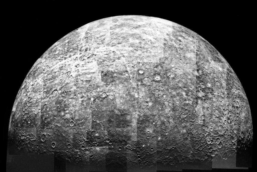 Mariner 10 a fait trois survols de Mercure. Les photos qu'elle a prises ont été rassemblées pour donner cette image montrant une partie de la surface de la planète. © Nasa