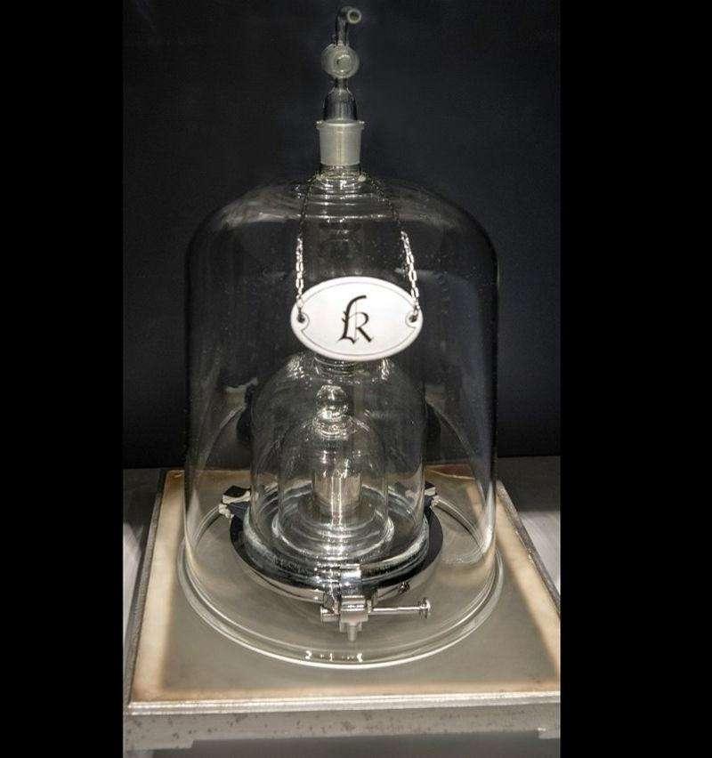 Le prototype international du kilogramme (alliage de platine et d'iridium) défini en 1889. © Domaine public