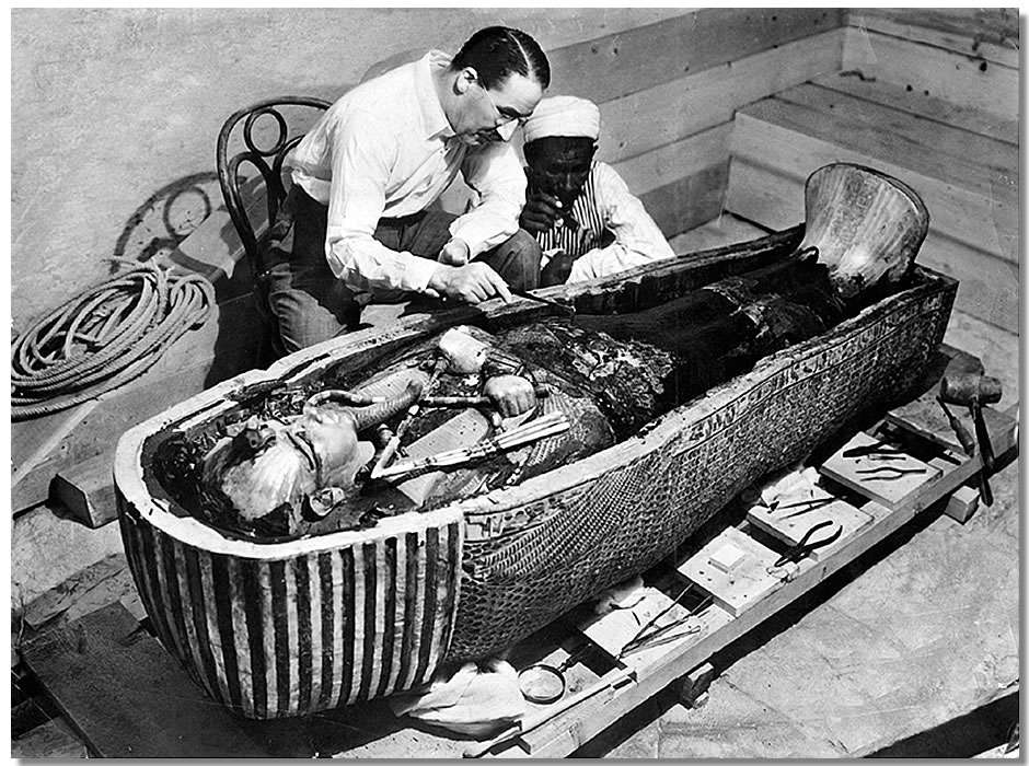 Howard Carter explorant le sarcophage de Toutânkhamon. Des rumeurs de malédiction collent à la peau de Toutânkhamon, certains fouilleurs de la tombe ayant succombé de mort naturelle après la découverte. © DP