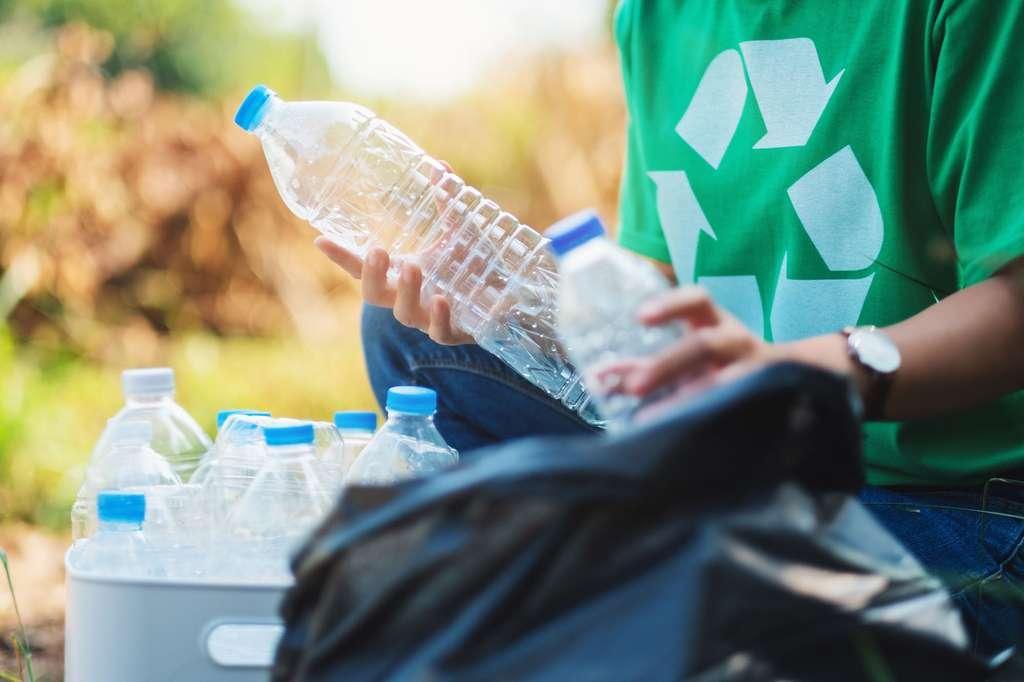 La technologie de l'entreprise française Carbios et de l'institut scientifique toulousain : un procédé biologique pour recycler à l'infini les plastiques. © Farknot Architect, Adobe Stock