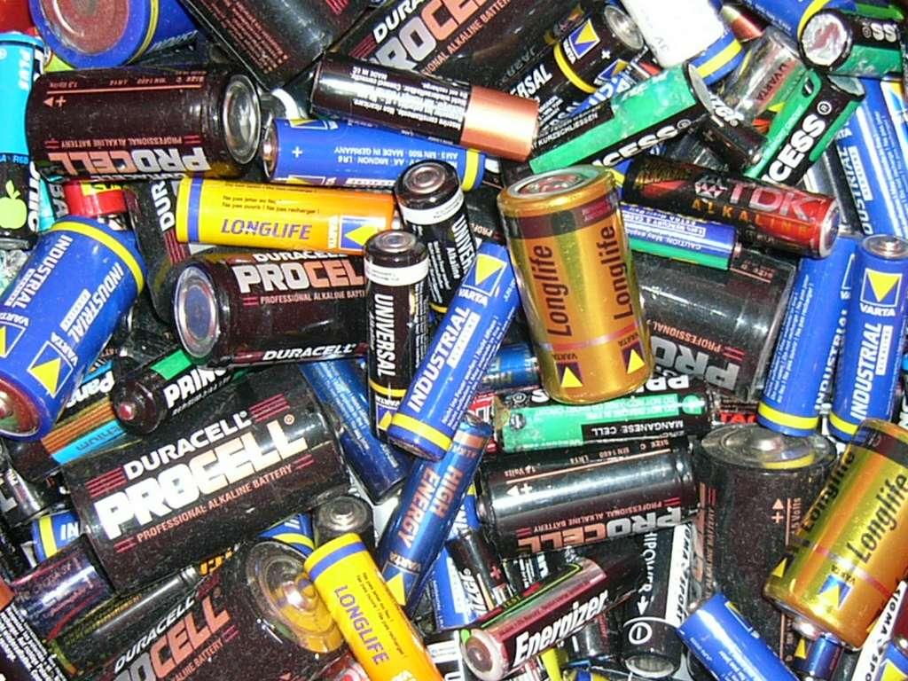 De plus en plus de précautions sont prises pour éviter l'usage de matériaux dangereux dans la conception des piles et accumulateurs les plus récents. © Mattes, Wikipedia, Domaine public