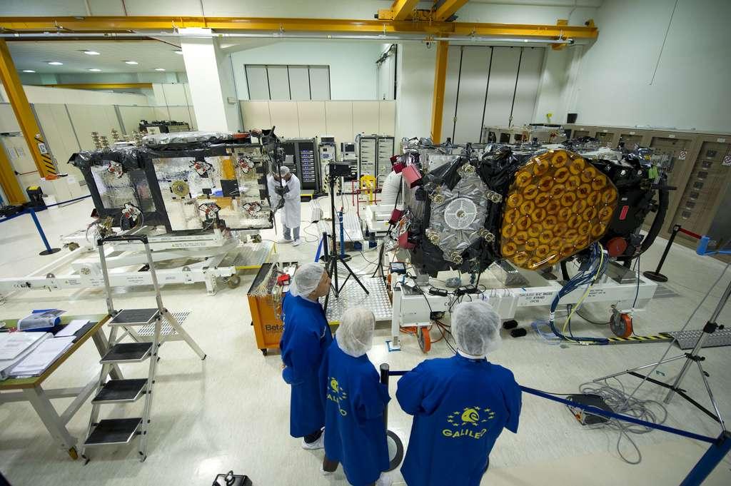 Les quatre satellites de Galileo dits de développement et de validation en orbite (IOV, In-Orbit Validation). Lancés par paires depuis le Centre spatial de Kourou en octobre 2011 et en octobre 2012, ils ont validé les segments sol et spatial de la constellation Galileo. Ils sont ici vus dans l'usine romaine de Thales Alenia Space. © Esa