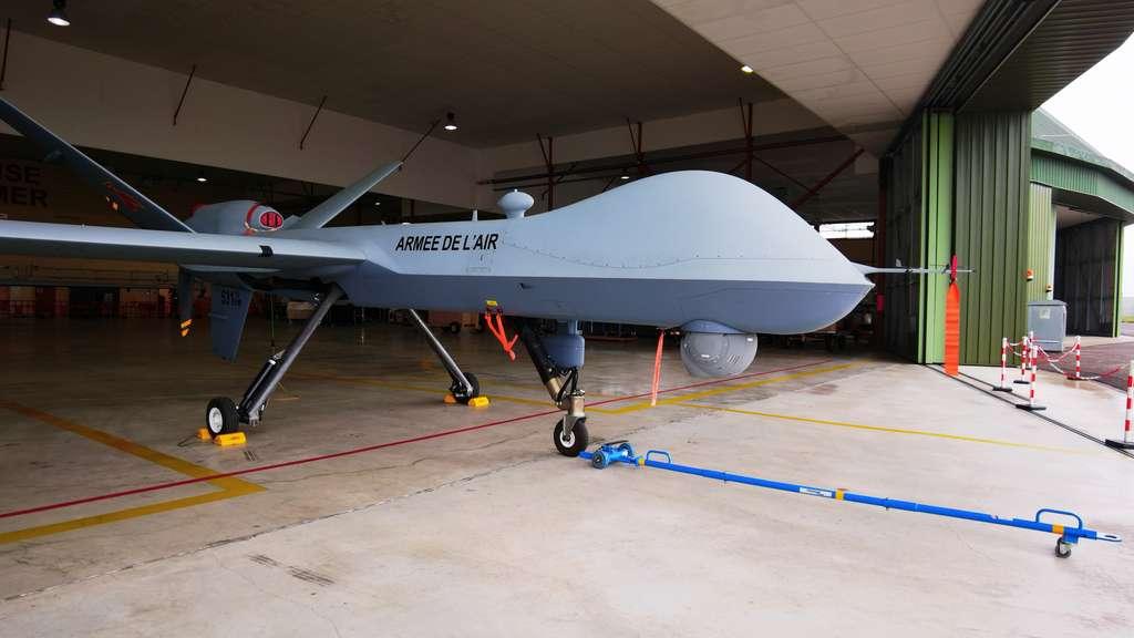 Un drone MQ-9 Reaper de l'armée française, situé sur la BA-709 de Cognac. Contrairement aux petits drones évoluant en essaims, il n'est absolument pas autonome et nécessite un équipage de quatre aviateurs au sol. © Sylvain Biget