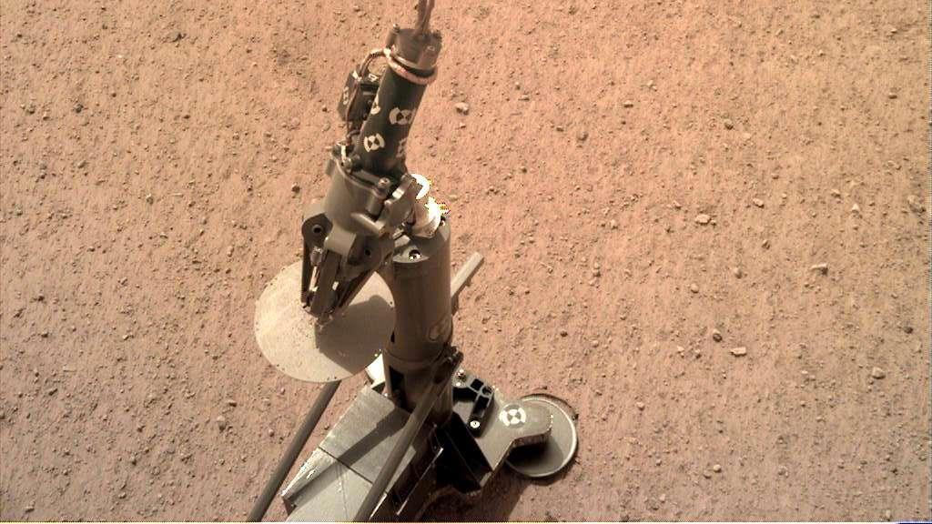 « Il se dresse verticalement sur un terrain plat, prêt pour sa mission historique », a déclaré la DLR. L'instrument HP3 a été déployé avec succès le 12 février. © Nasa, JPL-Caltech, DLR