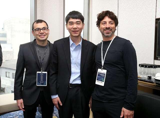 Lee Sedol (au centre) entouré de Sergei Brin, cofondateur de Google (à droite) et Demis Hassabis (à gauche). © Google