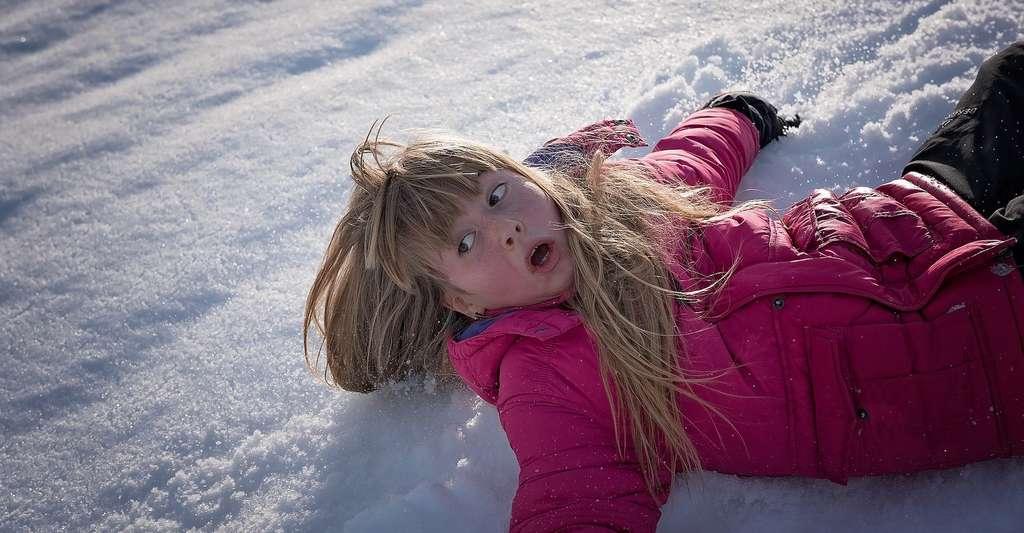 La peur de la neige, elle, existe bel et bien et elle se nomme la chionophobie. Elle peut se développer suite à un traumatisme impliquant un accident neigeux. Mais le plus souvent, elle prend un tour irrationnel dans lequel les gens ont très peur de se retrouver piégés ou enterrés dans la neige. © Pezibear, Pixabay, CC0 Creative Commons