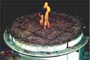 Essai d'inflammabilité d'une litière de pin d'Alep : mesures de vitesse de propagation du feu et de perte de poids de la litière. photo : Cemagref - C. Cabaret ref : iM5401