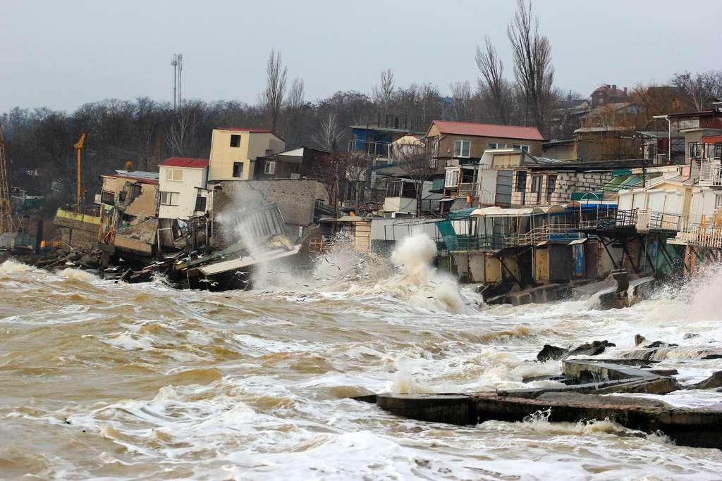 Montée des eaux, multiplication des événements extrêmes, tornades, fonte des glaciers menacent et mettent en danger des millions de personnes. © Talukdar, Adobe Stock