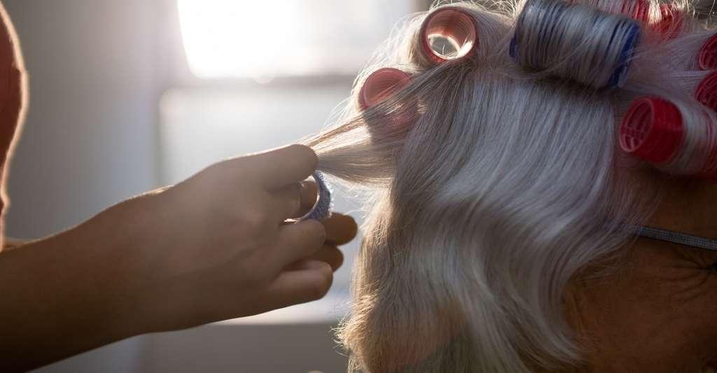Les coiffeurs recourent à certaines astuces pour forcer la création de nouvelles liaisons chimiques dans nos cheveux. © WavebreakMediaMicro, Fotolia