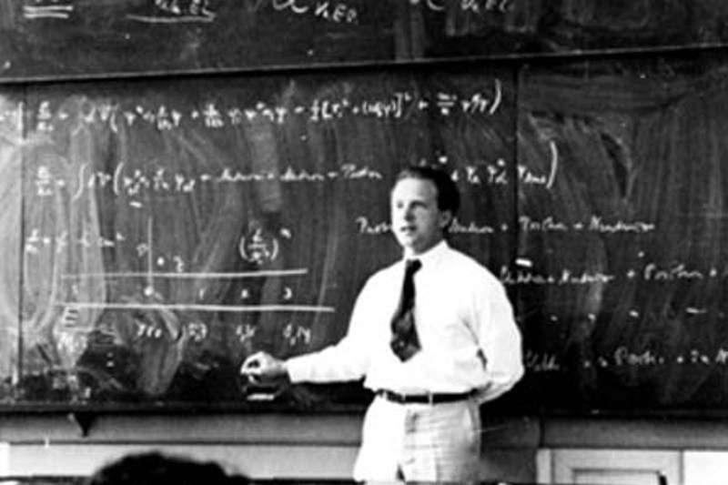 Le physicien allemand Werner Heinsenberg (1901-1976) a révolutionné la physique en découvrant en 1925 la mécanique quantique matricielle. On le voit ici expliquer la théorie quantique en 1936. Heisenberg avait rejeté la notion de trajectoire pour les électrons circulant au sein d'un atome, jetant ainsi les bases d'une nouvelle conception de la géométrie de l'espace et du temps, et pas seulement d'une nouvelle physique de la matière et du rayonnement. © AIP Emilio Segre Visual Archives