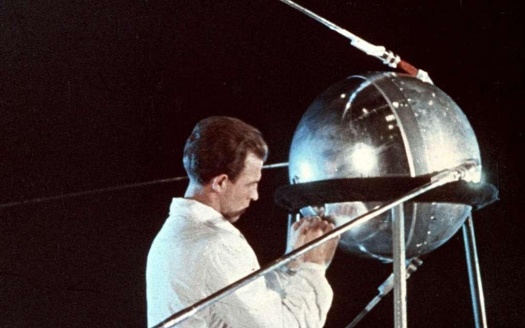 Ingénieur russe travaillant sur le satellite Spoutnik 1. © Roscosmos, archives d'État russes