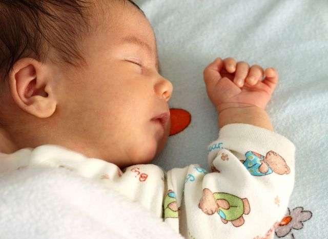 Dors bébé, dors. Au moins la question de savoir si tes parents doivent te laisser pleurer ou non ne se pose pas... © Ambrozinio, StockFreeImages.com
