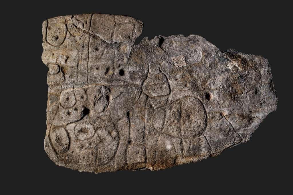 La dalle de Saint-Bélec s'étend sur 2,2 mètres de long pour 1,53 mètre de large. Taillée dans un bloc de schiste, elle pèse quelque 1,5 tonne. © Denis Glicksman, Inrap