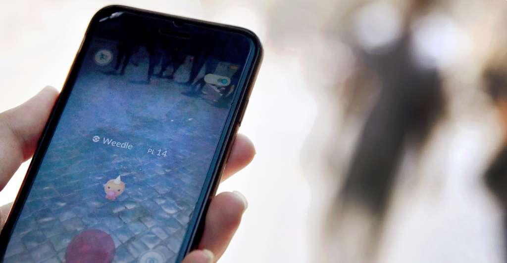 Des millions de personnes, bien réelles, parcourent toutes sortes de lieux à la poursuite de personnages visibles d'eux seuls, parfois au péril de leur vie ou dans des lieux de commémoration où jouer est inconvenant. L'interdiction d'entrée aux Pokémon risque donc de se répandre tant que se poursuivra l'engouement pour Pokémon Go. © Tiziana Fabi, AFP Photo
