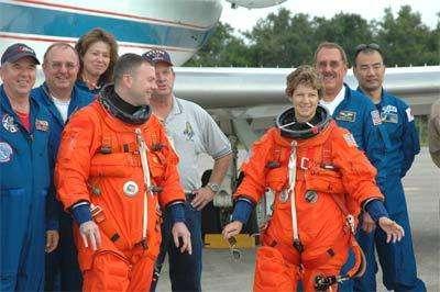 L'équipage en attente avec à droite Eileen Collins, commandant de la mission STS-114 Crédit : NASA/KSC