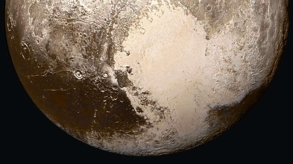 Le « cœur de Pluton » est une région glacée en forme de cœur d'environ 2.000 km de large. Elle a été baptisée « région Tombaugh », du nom de Clyde Tombaugh, découvreur de Pluton en 1930 (et décédé en 1997). Le lobe ouest (à gauche de l'image) est formé de glace de monoxyde de carbone (CO) et comprend la plaine Spoutnik. © Nasa