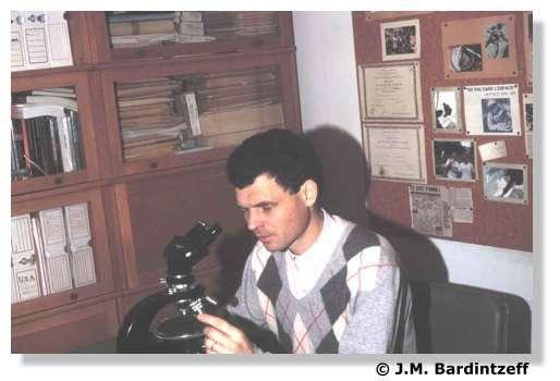 J.-M. Bardintzeff observe une lame mince de roche volcanique au microscope polarisant au laboratoire de pétrographie-volcanologie d'Orsay. © J.-M. Bardintzeff