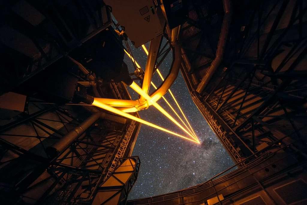 L'astrophysicien utilise des télescopes et des instruments ultra-puissants pour observer les astres et les plus grandes structures de l'univers. © F. Kamphues, ESO