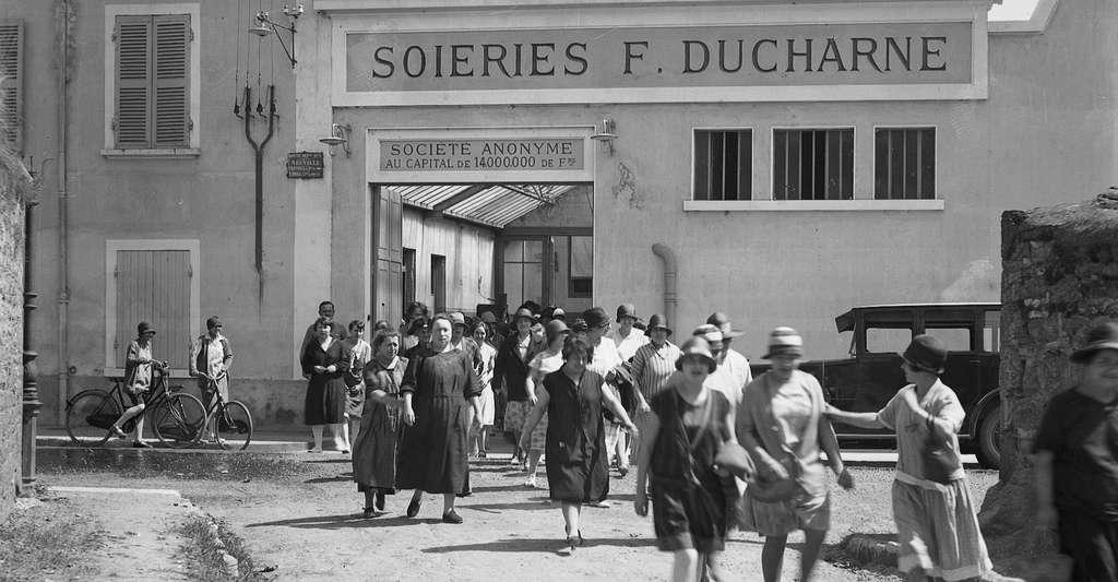 La sortie de l'usine F. Ducharne, à Neuville-sur-Saône, en 1930. © Jules Sylvestre, Wikimedia Commons, DP