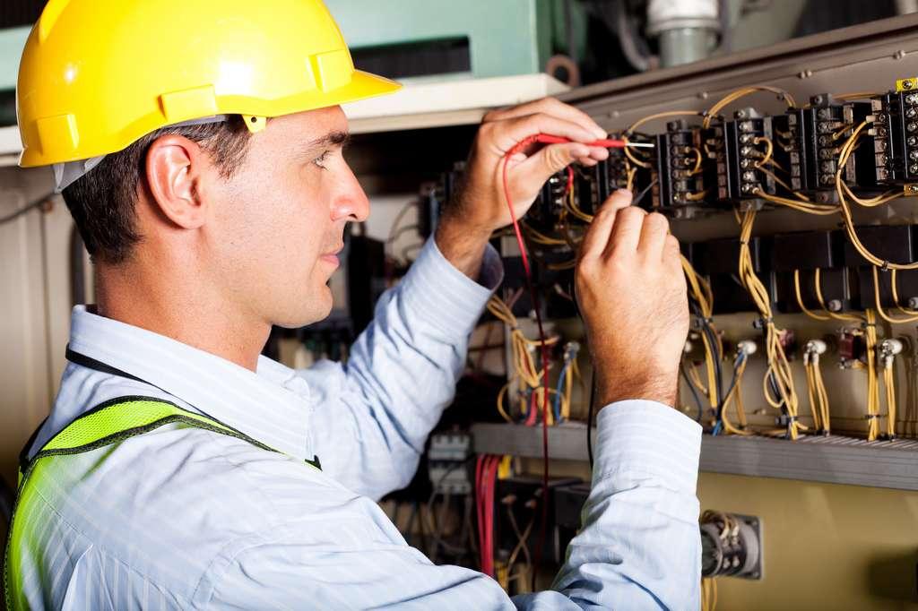 Après avoir conçu et installé les fils conducteurs d'un système électrique, le monteur-câbleur réalise des tests afin de vérifier le bon fonctionnement de son installation. © michaeljung, Fotolia.