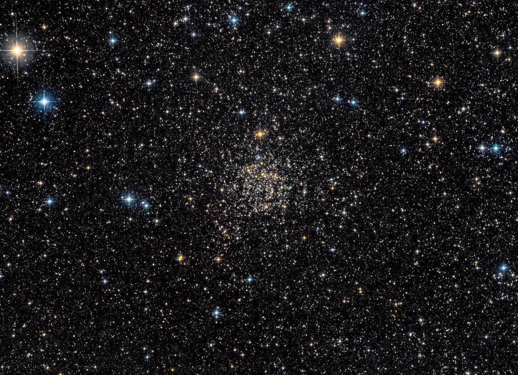 L'amas ouvert d'étoiles connu sous le nom de Rose de Caroline — ou NGC 7789 — se trouve à environ 8.000 années-lumière de la Terre, dans la constellation de Cassiopée. Des chercheurs de l'université de Californie à Santa Cruz (États-Unis) y ont trouvé des étoiles naines blanches inhabituellement massives qui ont probablement joué un rôle essentiel dans la dispersion de carbone dans l'univers. © Guillaume Seigneuret, Nasa