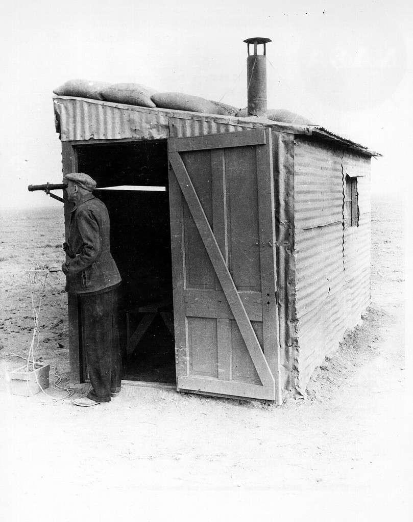 Dans les années 1930, Robert Goddard surveille le lancement d'une fusée. © Nasa