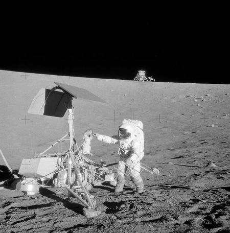 L'astronaute Alan Bean examinant la sonde américaine Surveyor 3 ayant précédé l'Homme sur la Lune en 1967. Crédit : Nasa