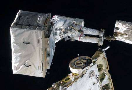 Perché sur la plate-forme du bras robotisé Canadarm 2, Steve Bowen emmène le réservoir d'azote vide qu'il déposera dans la soute d'Endeavour. Crédit Nasa